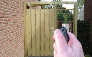 Automatische opener voor een enkel hek deur of poort
